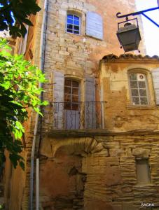 Calade de Gordes, fenêtres, pierres, terres d'ocres